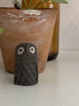 Chouette noire en grès